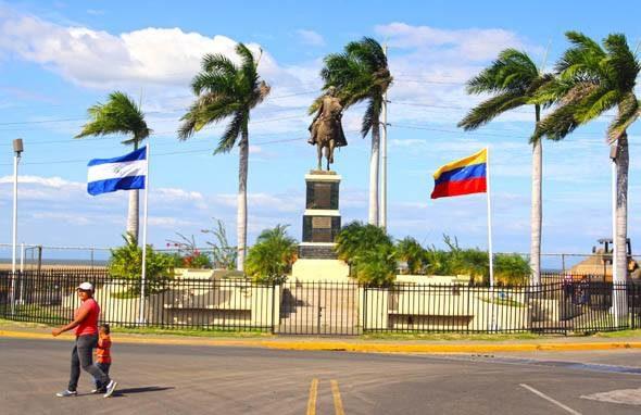 Rojo y negro en Managua