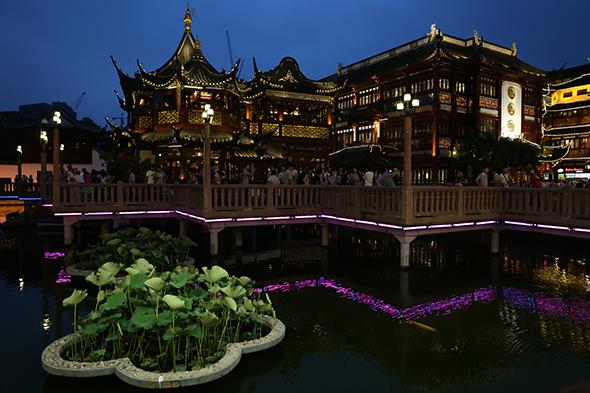 Shanghái: luces de neón y karaokes