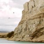 Acantilado con nidos de aves en el valle del río Santa Cruz