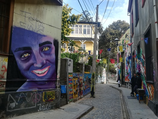 Volando entre graffitis de Valparaíso y montañas de verdad