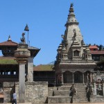 Columna de Bhupatindra Malla y templo Vatsala Durga