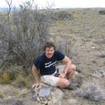 El autor junto a la placa que colocó recordando el paso de Darwin y Fitz Roy