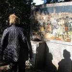 Pebetero y mosaico del cuadro de Goya a la entrada del cementerio