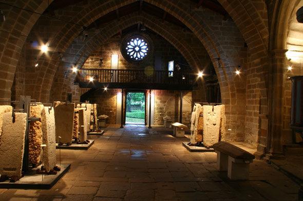 Santa María a Nova: lápidas Igrexa fala
