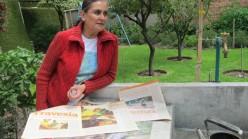 Mariana Machicao en su jardín me enseña recortes de periódicos