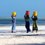 Mujeres cargando agua