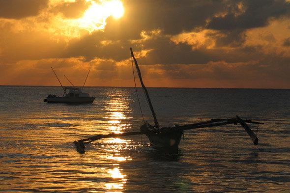 praias Mombasa: auga amencer e do lume