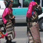 Mujeres ataviadas con sus trajes tradicionales para el desfile