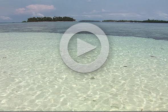 Un velero entre las islas de San Blas