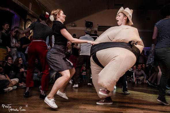 Na Suécia há uma bolha de sabão, Herrang Dança acampamento