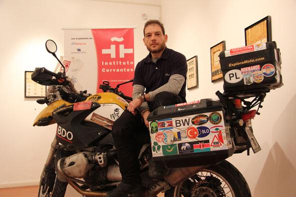Una moto en el Cervantes