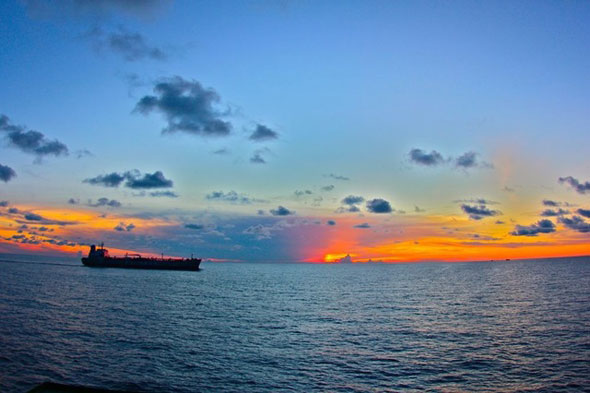 Una noche en un carguero en el mar de Java