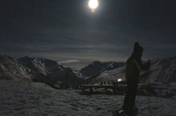 Снегоступах в лунном свете