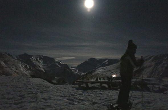 Snowshoeing ao luar